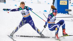 Anita Korva och Katri Lylynperä i kvartsfinalheatet i världscupsprinten i Lahtis.