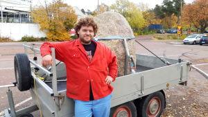 Den nederländske konstnären Bart Eysink Smeets med stenen Sten Rapakivi.