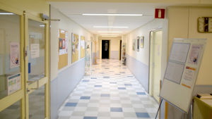 "En korridor i ""gamla sjukis"" i Ekenäs där Raseborgs kulturinstitut ordnar många kurser"
