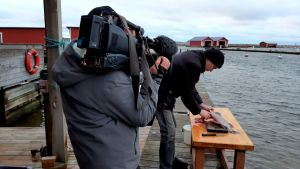 en man filmas när han filear en gädda utomhus