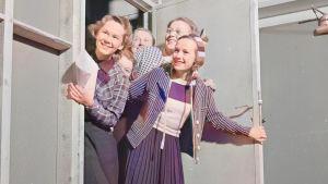 Nuoria naisia nykyisen S-ryhmän toimitiloissa 26.1.1940. Kuva on koneellisesti väritetty.