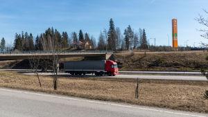 Långtradare på tom motorväg