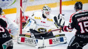 Joel Blomqvist räddar ett skott i en match mot JYP.