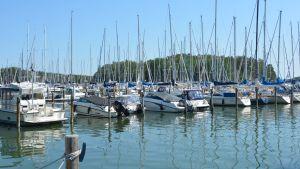Båtar i en båthamn på en solig dag.