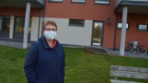 Kvinna iförd munskydd vid ett serviceboende.
