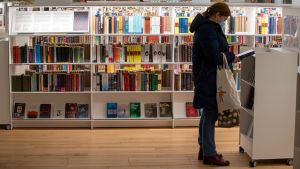 Kund i ett bibliotek