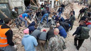 Förstörda byggnader efter jordskalv i Kroatien. Människor städar och hjälper till i massorna.