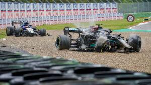 Bottas och Russells bilar ligger i sandfållan.