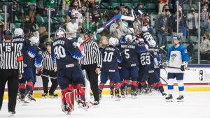 USA jublar efter kvitteringen mot Finland i U18VM.