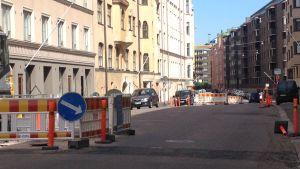 Gatuarbeten pågår på Petersgatan i Helsingfors.