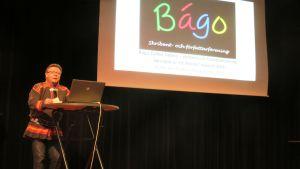 Nils-Henrik Sikku presenterar den samiska skribent- och författarföreningen Bágo