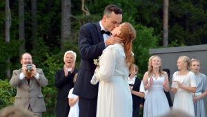 Kapten von Trapp (Leif Wadenström) Maria (Sarah Nedergård) kysser varandra.