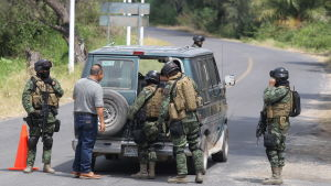 Mexikanska soldater granskar bil under en operation mot narkotikasmuggling 2015.