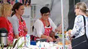 Människor på Pyttis skärgårdsmarknad 2017.