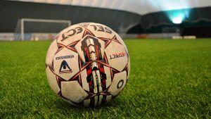 Fotboll på planen i Fennia Arena i Vasa.