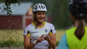 Julia Häger instruerar juniorer på en parkeringsplats i Vörå.