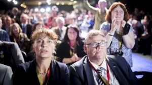 Sannfinländarnas avgående ordförande Timo Soini och partisekreterare Riikka Slunga-Poutsalo under partiets ordförandeval i Jyväskylä.