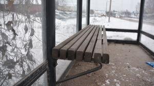 en busshållplats bänk