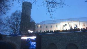 Flaggan hissades och nationalsången sjöngs vid Långe Hermann på Domberget vid gryningen.