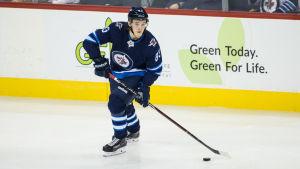 Sami Niku på isen i Winnipegs tröja under en träningsmatch.