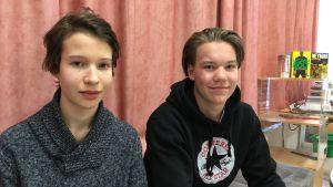 Niondeklassarna Kasper Avola och Alexander Mäkelä sitter vid ett bord.