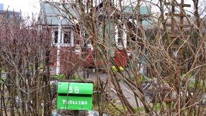 En postlåda utanför stugan Trollebo vid Brunakärr koloniträdgård.