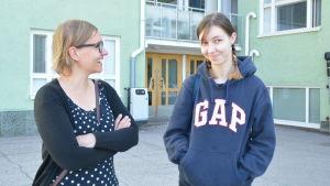 Kati Sointukangas och Anna Strebelle utanför Karjaan yhteiskoulu i Karis.