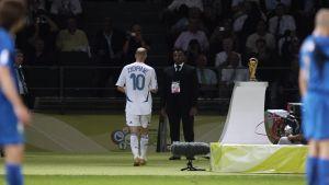 Zidane lämnas stadion efter rött kort. Vm-pokalen syns