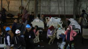 Patienter och hälsovårdspersonal evakuerades från sjukhus på grund av risken för att byggnader skulle kollapsa efter skalvet