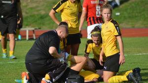 Spelkamraterna hjälper den skadade Jade Montgomery.