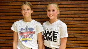 Stella Sundman och Laura Suojanen från cheerleadinglaget Brilliance.