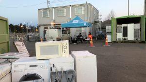 Yles ljusblå tält från en direktsändning bland återvunna hushållsmaskiner på Åbonejdens avfallssortering på Toppå.