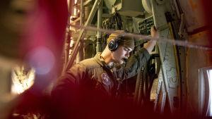 Miehistön jäsen Yhdysvaltain merijalkaväen Hercules C-130 lentokoneessa. Norjan ilmatilassa.