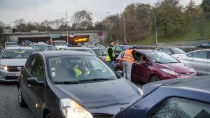 Bilkö i Paris som uppstått då folk som är missnöjda med höjda bränslepriser gått ut på vägarna.