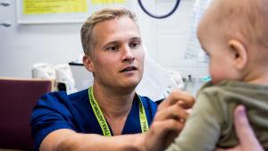Mikko Viitanen työskentelee kiertävänä sairaanhoitajana lastenosastoilla.