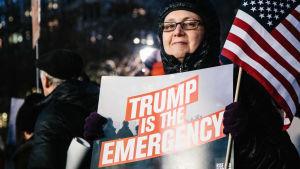 Amerikaner protesterar mot Trumps nödläge p.g.a. muren i New York.
