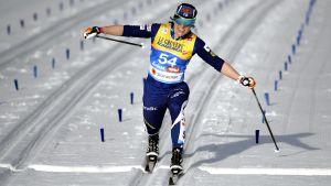 Krista Pärmäkoski korsar mållinjen på 10 kilometersloppet i VM i Seefeld.
