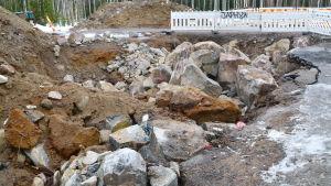 Stenar som sprängts vid vägbygge.