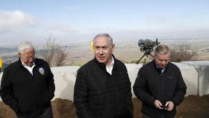 USA:s Israelambassadör David Friedman, premiärminister Benjamin Netanyahu och den republikanske senatorn Lindsey Graham besökte tillsammans de av Israel ockuperade Golanhöjderna den 11 mars.