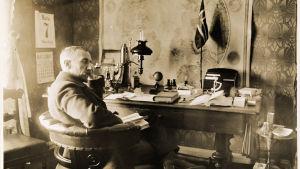 Polarforskaren Roald Amundsen i sitt arbetsrum 1910.