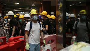 Hongkong, demonstranter i parlamentsbyggnaden.