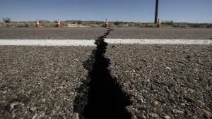 Spricka i vägen efter jordbävning.