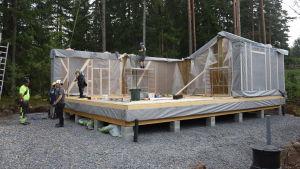 Ett husbygge där man håler på att sätta upp husmoduler, element.