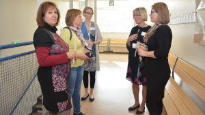 Lärare från Källhagens skola pratar med utländska kolleger.