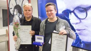 Seppo Heikkinen ja Sami Kieksi poseeraavat juuri saadun Kunnioittavasti köyhyydestä -tunnustuksen kanssa.