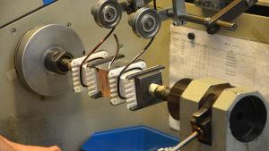 Arbete med tekniska komponenter i en verkstad.