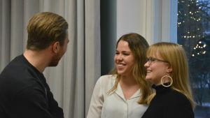 Albert Mattsson, Emilia Rosenblad och Nelly Karhunen står och pratar med varandra.