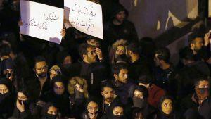 En minnesstund för nedskjutningens offer utanför Amirkabir-universitetet i Teheran omvandlades till en regimkritisk demonstration. Ovanligt många av demonstranterna i Teheran och på andra håll var unga kvinnor.