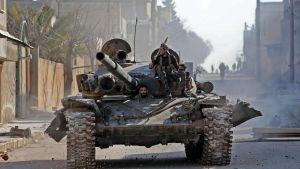 Turkiskstödda syriska krigare rullade in i Saraqeb, en strategiskt viktig stad i Idlib, på torsdagen. Det var ett bakslag för de ryskstödda regeringsstyrkorna att rebellerna lyckades återta staden.