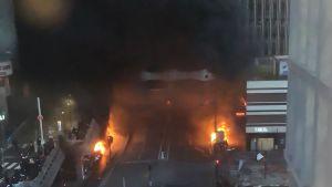Tjock rök stiger upp från en eldsvåda nära järnvägsstationen Gare de Lyon i Paris 28.2.2020.